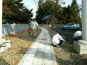 神社 落ち葉掃除